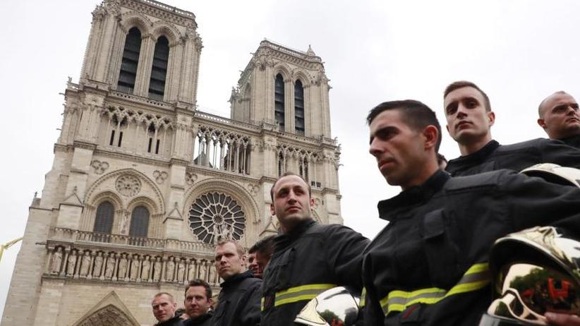 Nach der Brandkatastrophe: Pariser Bürgermeisterin ehrt Retter von Notre-Dame