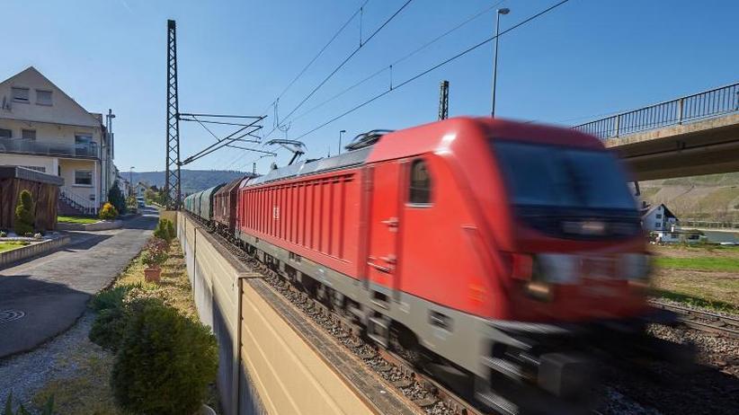 Anwohner genervt: Güterwagenlärm: Bahn testet kleinere Lärmschutzwände