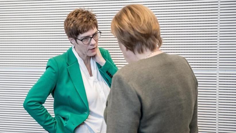 Amts-Spekulationen in Berlin: Kramp-Karrenbauer: Bis 2021 ist Merkel Kanzlerin