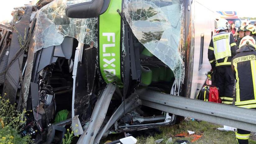 Unglück bei Leipzig: Unfall auf A9: Mindestens ein Toter und 13 Schwerverletzte