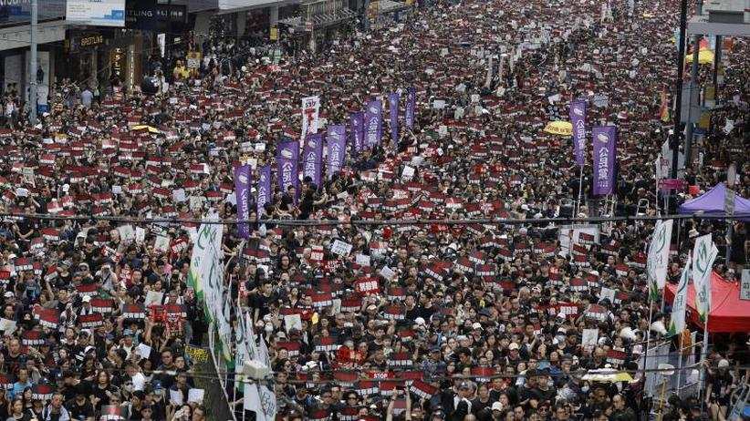 Ziviler Ungehorsam hält an: Riesige Menschenmenge in Hongkong marschiert gegen Regierung