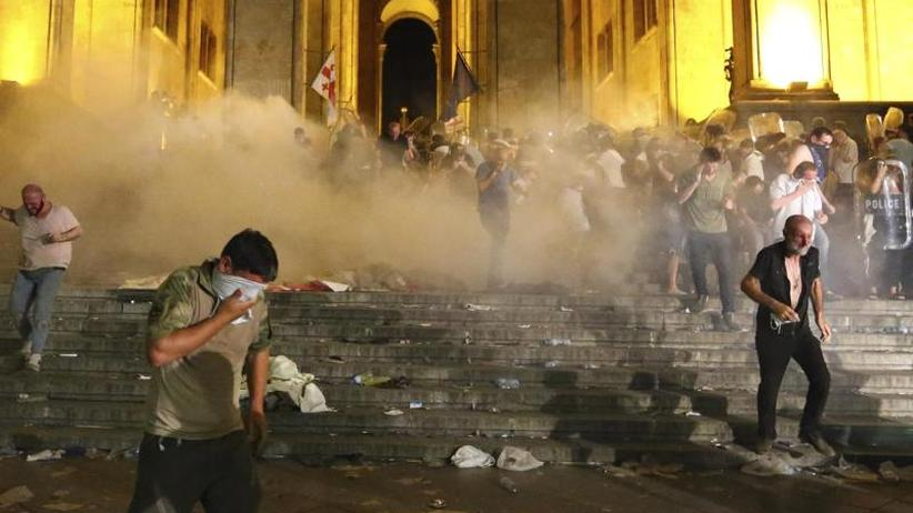 Zusammenstöße mit der Polizei: Viele Verletzte bei Protesten vor Parlament in Georgien