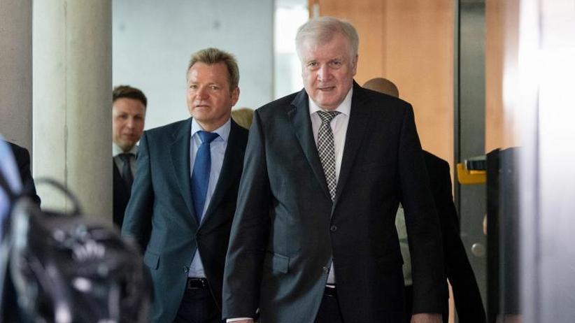 Kampf gegen Rechts verstärken: Seehofer und Haldenwang stellen Verfassungsschutzbericht vor