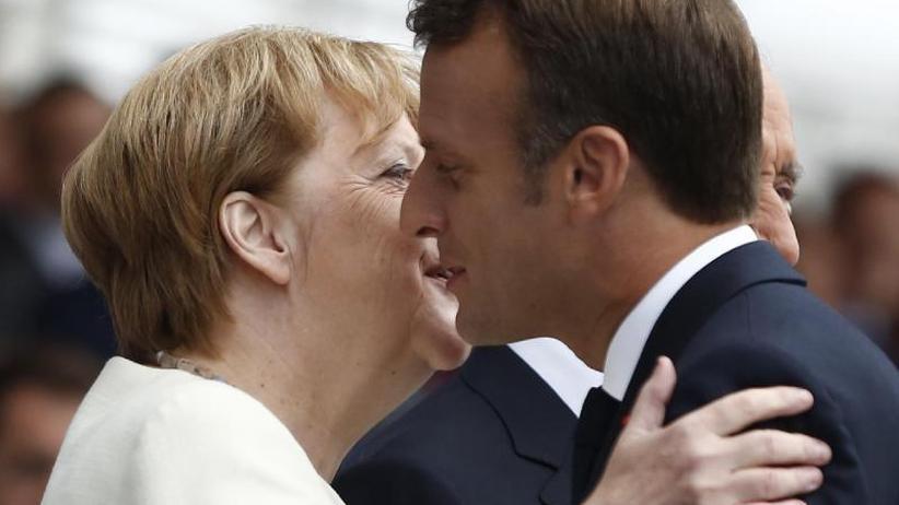 Parade auf den Champs-Élysées: Merkel und Macron: Gesten der Versöhnung am Nationalfeiertag
