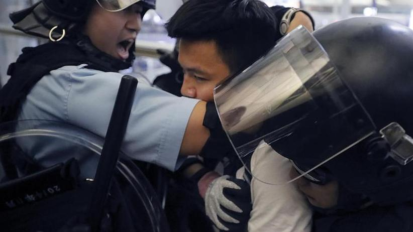 Regierungskritiker vs. Polizei: Heftige Zusammenstöße in Hongkongs Flughafen