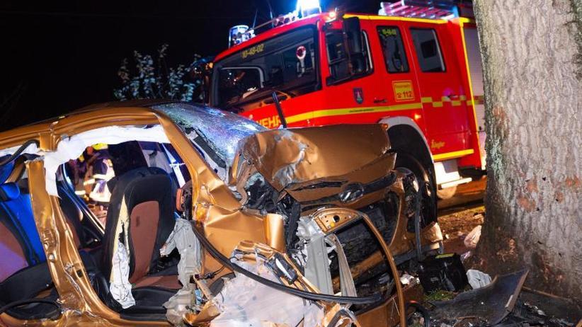 Schleswig-Holstein: Schwerer Unfall: 19-Jähriger tot, vier Teenager verletzt