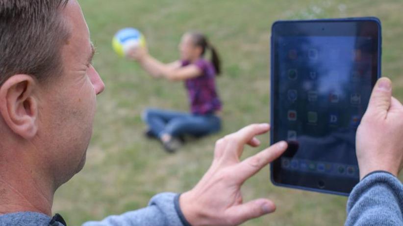 Erschöpfung und Burn-out: Umfrage: Ständige Erreichbarkeit setzt Eltern unter Stress