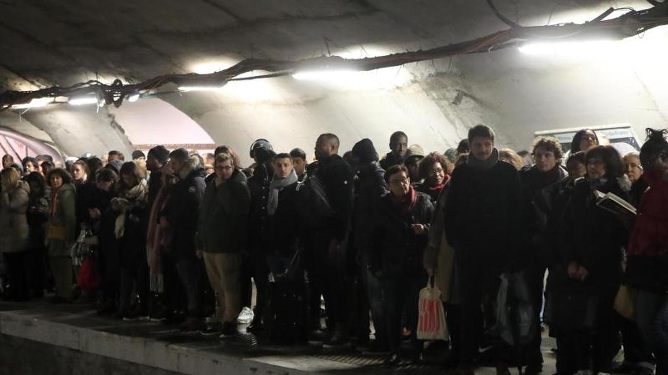 Nahverkehr in Paris betroffen: Streiks in Frankreich dauern auch am Wochenende an