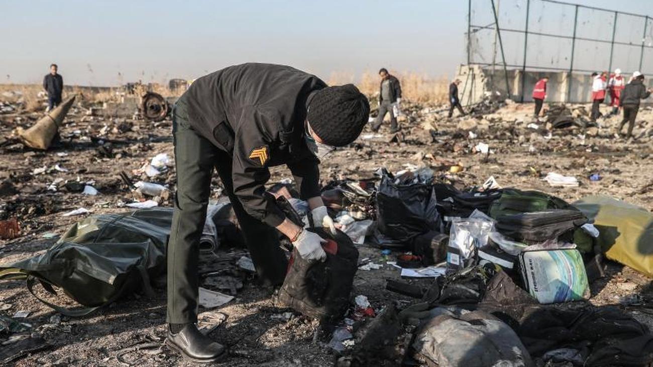 Nach Flugzeugabsturz: Iran weist Abschuss-Spekulation zurück