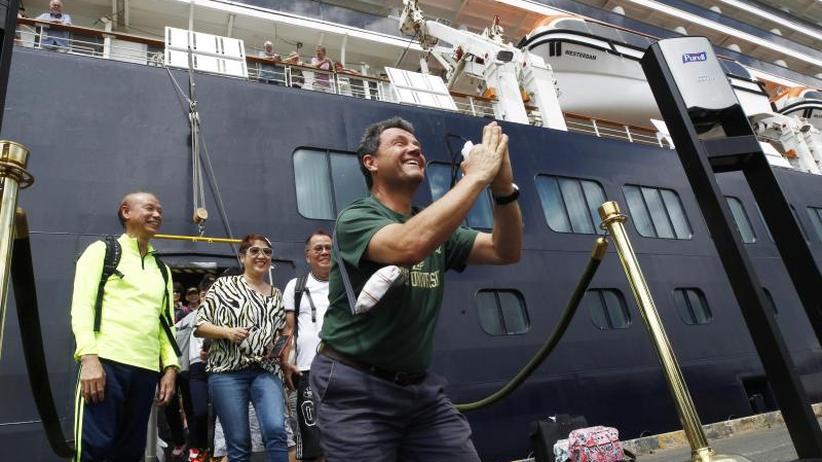 Wieder an Land: Erste Kreuzfahrt-Passagiere gehen in Kambodscha von Bord