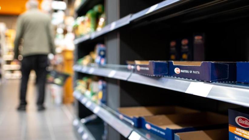 Regierung: Versorgung sicher: Große Nachfrage nach Lebensmitteln
