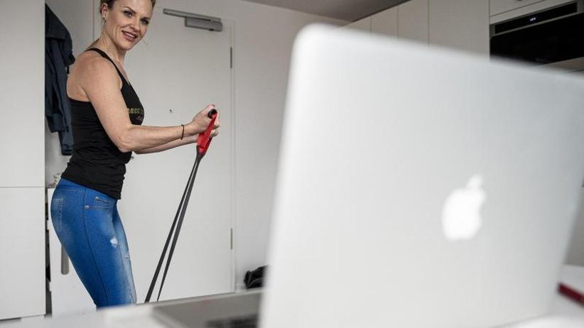 Training per Video: Corona und Fitness - kreative Lösungen im Wohnzimmer