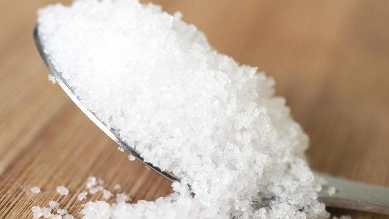 Nicht mehr als ein Teelöffel: Sparsam salzen schont den Blutdruck
