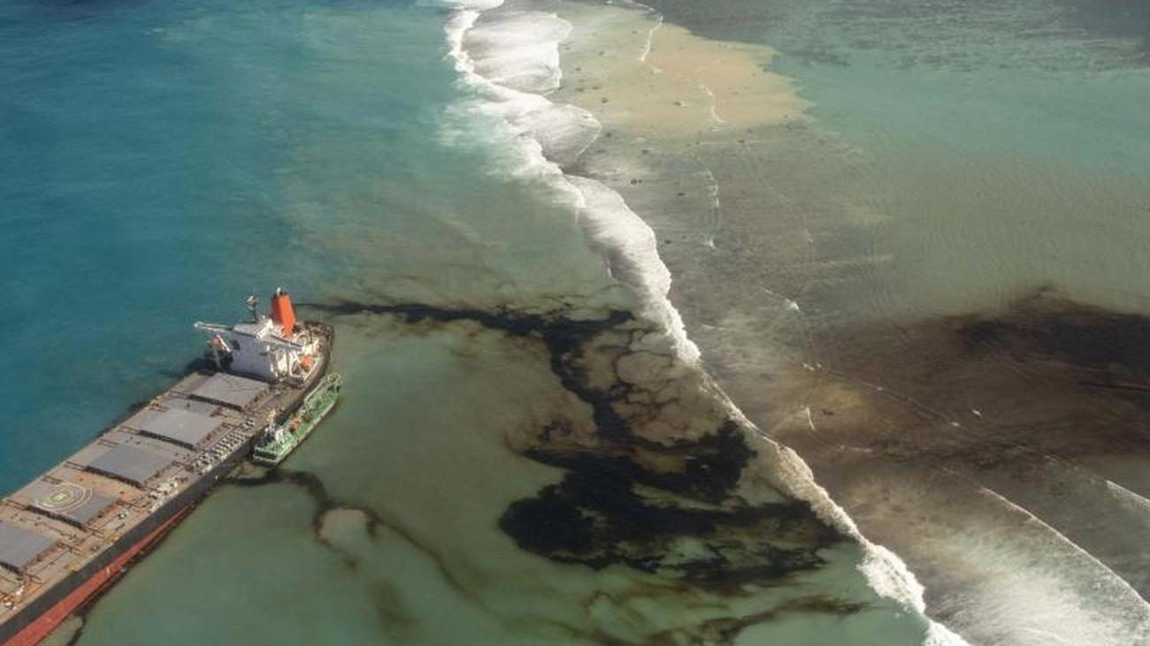 Ecological disaster: a damaged freighter off Mauritius breaks into ...