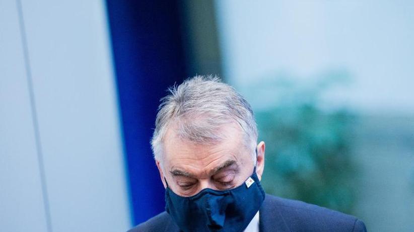 Extremismus: Herbert Reul (CDU), Innenminister von Nordrhein-Westfalen, mit Mundschutz.