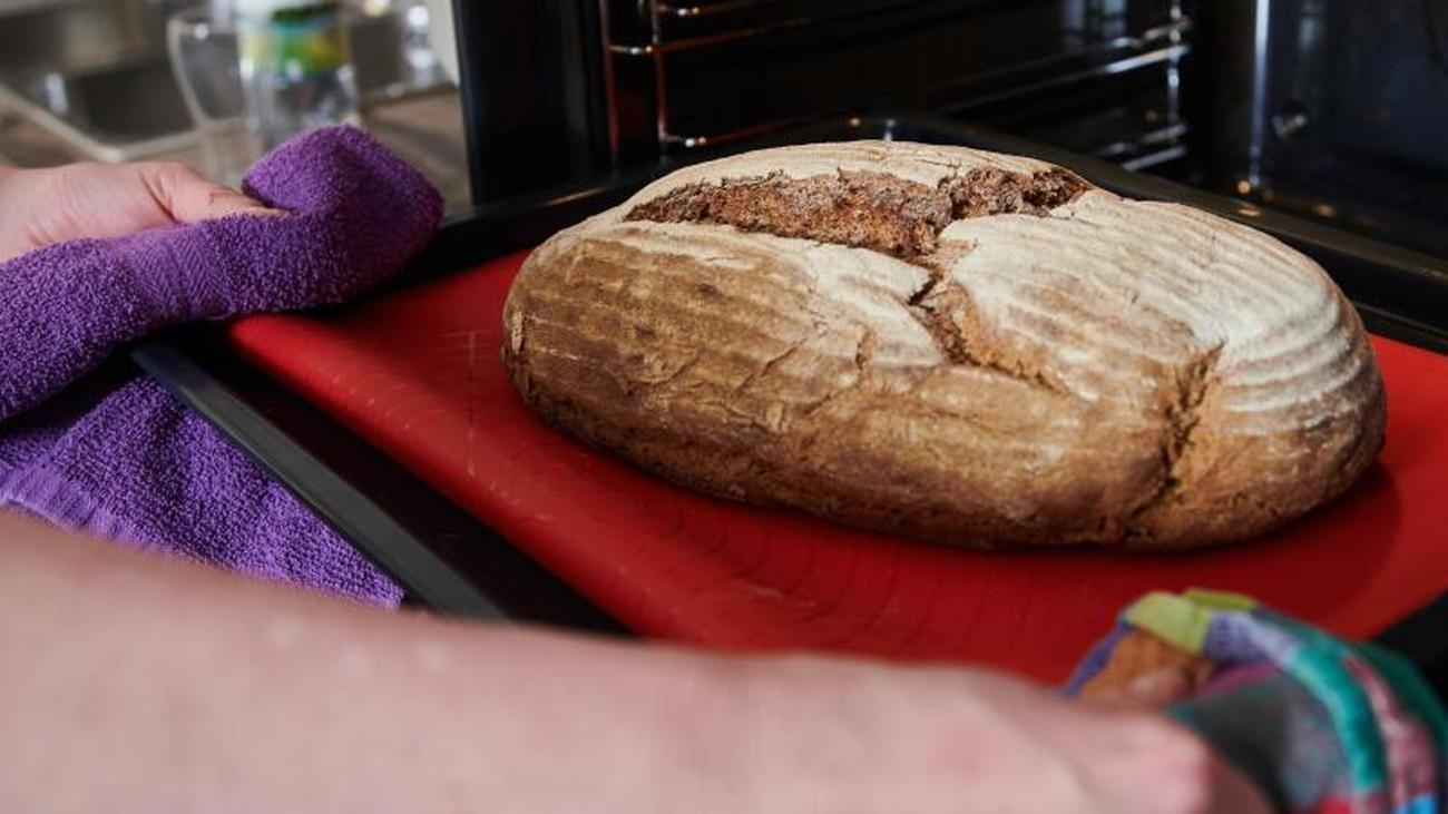 Zeit und Mehl im Überfluss: Brotbacken als Corona-Trend