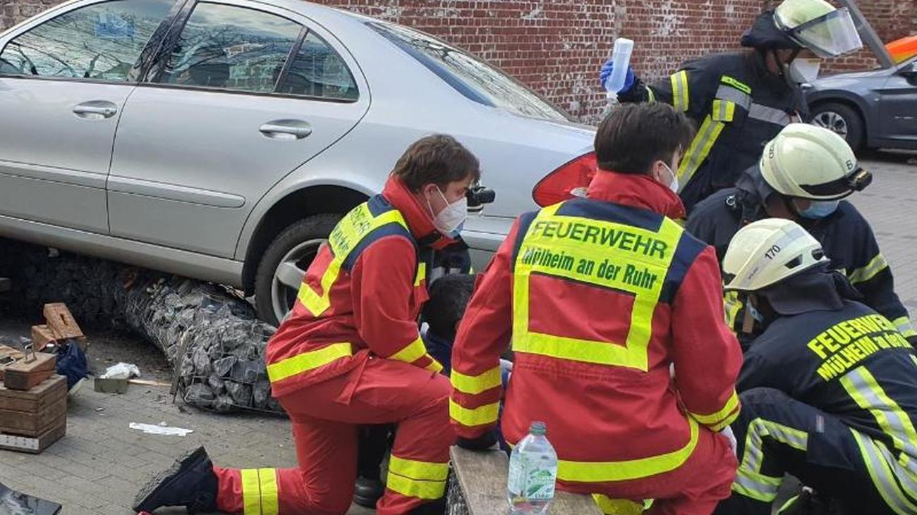 Unfälle: Auto rast auf Parkplatz in Passanten: Frau (68