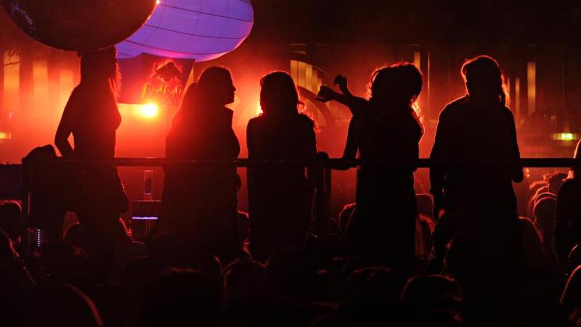 Gesundheit: Menschen tanzen in einer Discothek.
