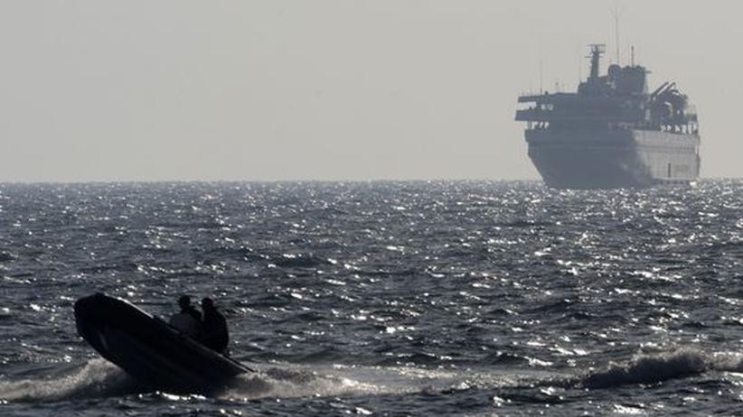 Ein Schnellboot eskortiert die Türkische Mavi Marmara mit israelischen Truppen an Bord im Mittelmeer