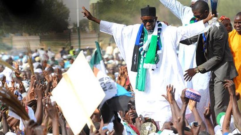 Nigeria: Präsidentschaftskandidat Mallam Nuhu Ribadu winkt seinen Unterstützern.