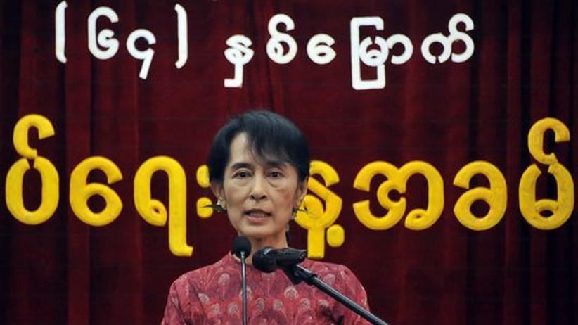 Oppositionsführerin Aung San Suu Kyi hält eine Rede vor ihrer Partei NLP in Rangun.