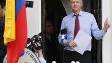 Assange auf dem Balkon der Botschaft in London