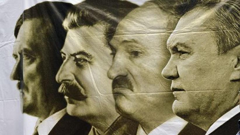 Ein Plakat, in Kiew von Regierungsgegnern aufgehängt, zeigt Adolf Hitler, Stalin, den Präsidenten Weißrusslands Alexander Lukashenko und den Ukrainischen Präsidenten Viktor Janukowitsch