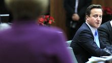 Der britische Premier Cameron auf dem EU-Gipfel im Dezember 2011 (im Vordergrund Kanzlerin Merkel)