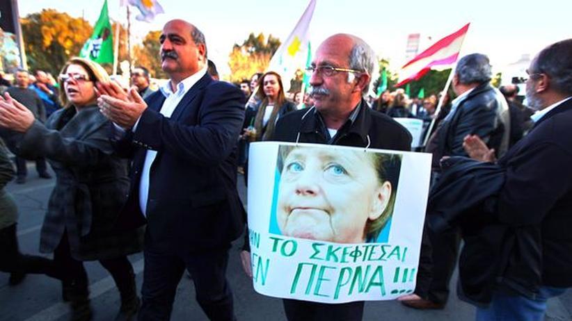 Euro-Krise: Protest gegen die Euro-Rettungspolitik und Angela Merkel in Nikosia