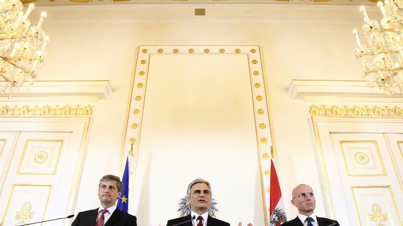 Österreichische Bundesregierung: Vizekanzler und Außenminister Michael Spindelegger, Bundeskanzler Werner Faymann und Verteidigungsminister Gerald Klug auf einer Pressekonferenz in Wien