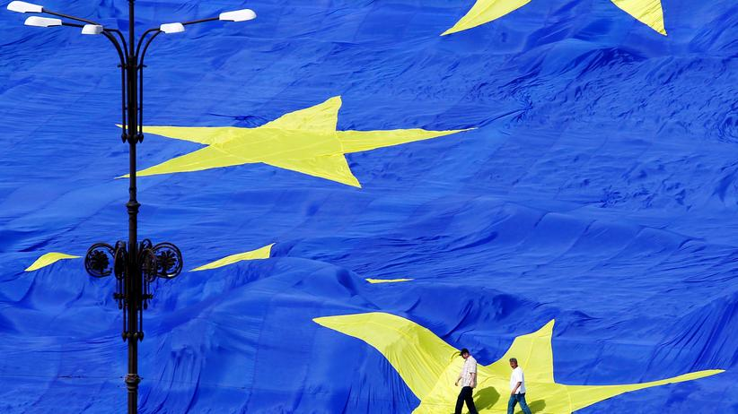 EU-Wahl: A large European Union flag is displayed in front of Romania's Parliament Building to mark EU Day in Bucharest May 9, 2013.