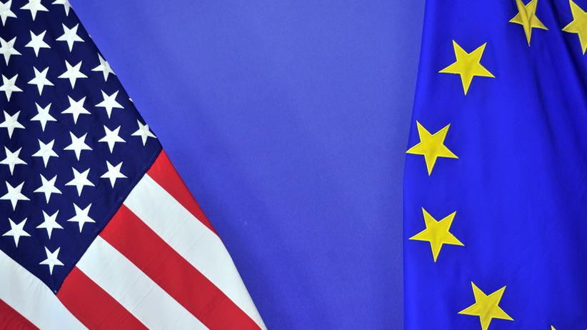 Freihandelsabkommen: Flaggen der USA und der Europäischen Union