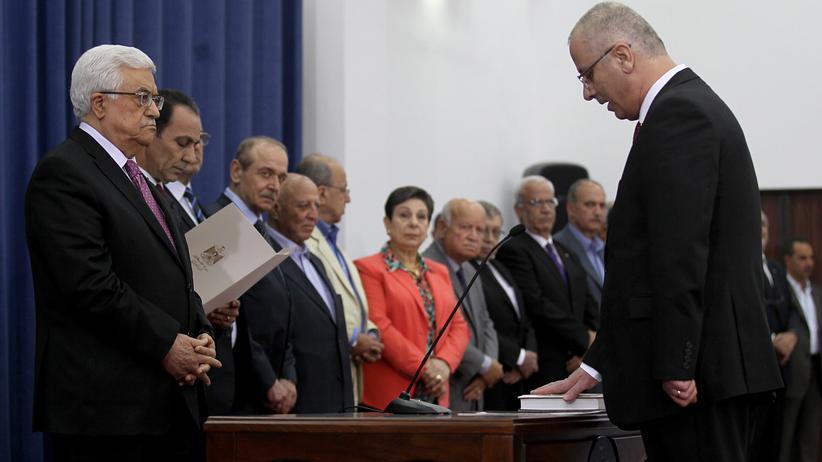 Nahost-Konflikt: Palästinenserpräsident Mahmud Abbas (links) und Ministerpräsident Rami Hamdallah (rechts) bei der Vereidigung des Kabinetts