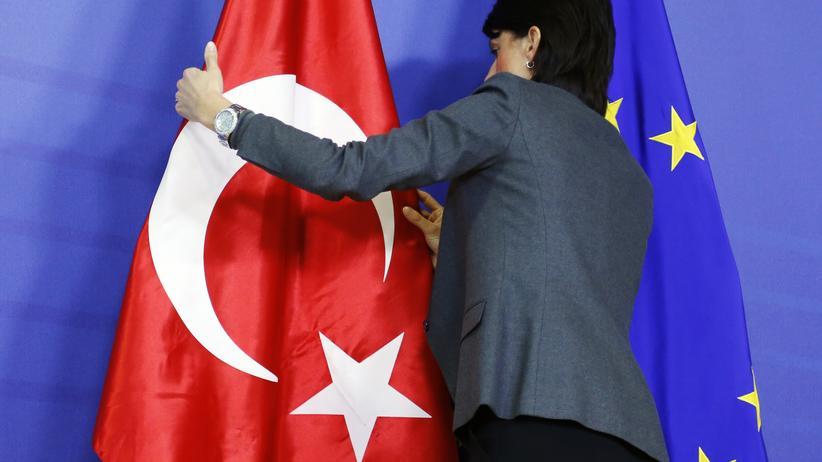 EU-Beitritt Türkei: Eine türkische neben einer EU-Flagge