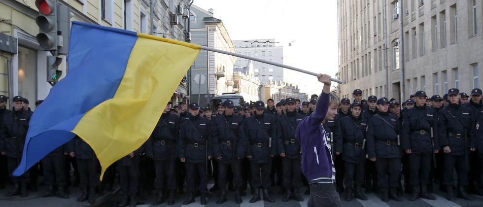 Ein Demonstrant mit einer ukrainischen Flagge bei der Friedensdemo in Moskau