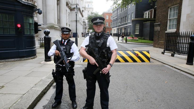 Großbritannien: Polizeipräsenz in der Downing Street, London