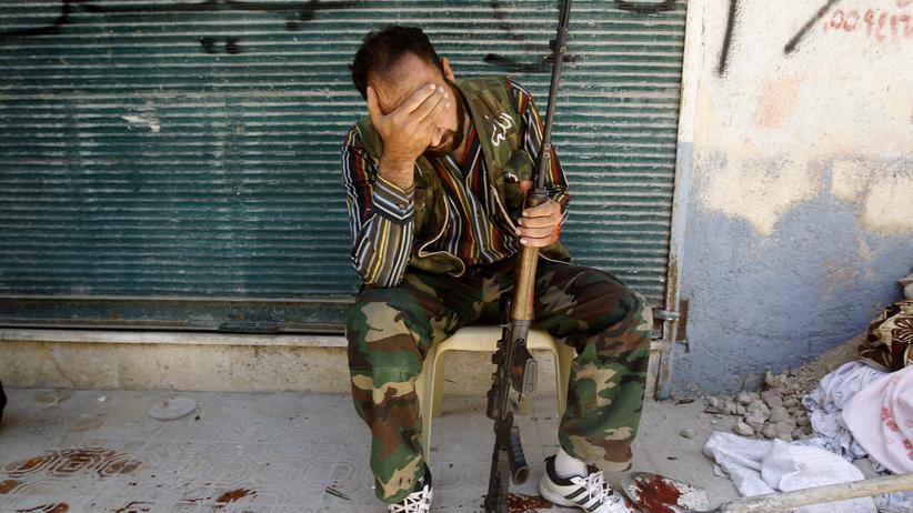 Syrien: Ein syrischer Kämpfer trauert nach dem Tod seines Kameraden bei Gefechten in der Nähe von Aleppo.