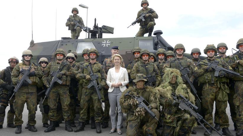 Auslandseinsätze der Bundeswehr: Verteidigungsministerin Ursula von der Leyen posiert mit Bundeswehrsoldaten in Eckernförde, Juli 2014.
