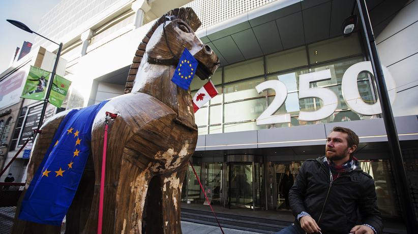 Mit einem Trojanischen Pferd protestieren Aktivisten in Kanada gegen das geplante Freihandelsabkommen Ceta.