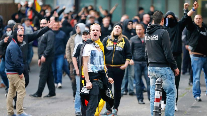 """""""Islamischer Staat"""": Demonstranten während der Proteste in Köln"""