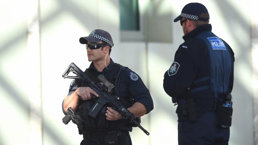 Ottawa: Polizisten bewachen einen Eingang zum Parlament im kanadischen Ottawa.