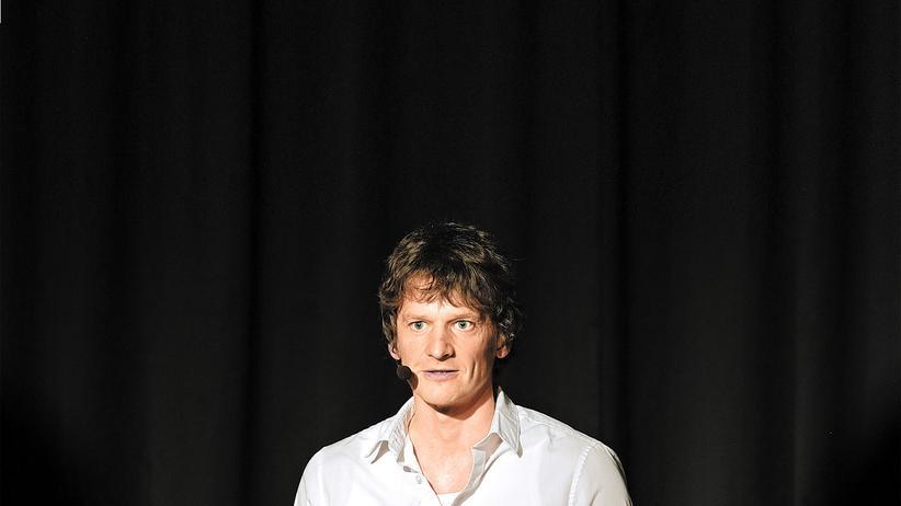 Christoph Simon: Slam-Poet Christoph Simon trägt Hemd statt Kapuzenpulli.