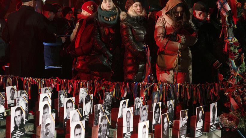 Ukraine: Tausende Menschen gedenken der Opfer der Massenproteste vor einem Jahr auf dem Maidan in Kiew.