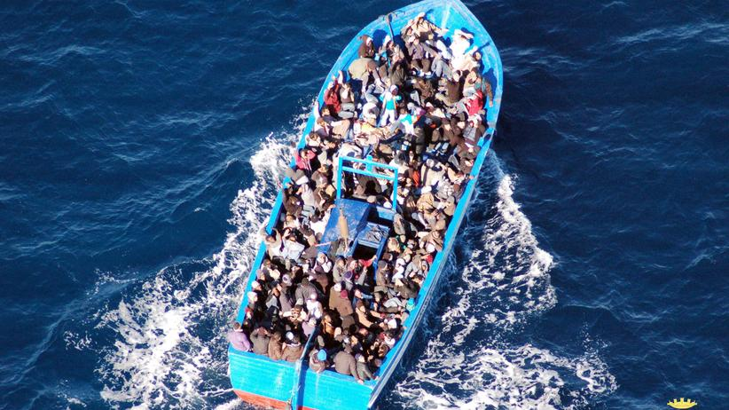 Flüchtlinge: Ein mit Flüchtlingen beladenes Boot treibt auf dem Mittelmeer.