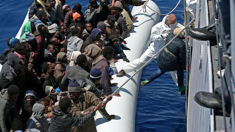 Flüchtlinge: 220 Flüchtlinge wurden am Donnerstag von einem italienischen Schiff im Mittelmeer gerettet.