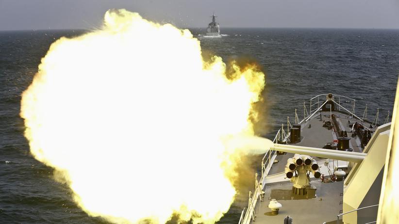China: Ein chinesisches Kriegsschiff feuert während eines gemeinsamen Manövers mit russischen Einheiten in der Nähe von Schanghai (Archivbild von Mai 2014)