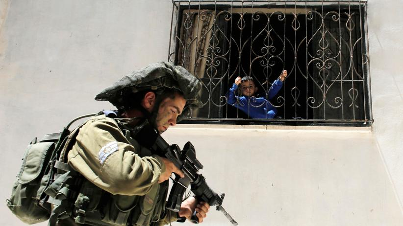 Breaking the Silence: Ein israelischer Soldat patrouilliert im Juni 2014 in der Nähe der Stadt Hebron im Westjordanland.
