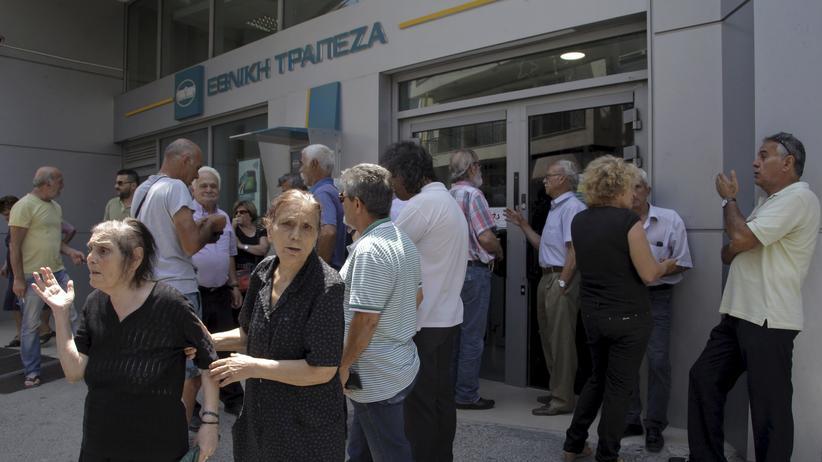 Schuldenkrise: Kunden vor einer Filiale der Griechischen Nationalbank auf Kreta am 29. Juni 2015