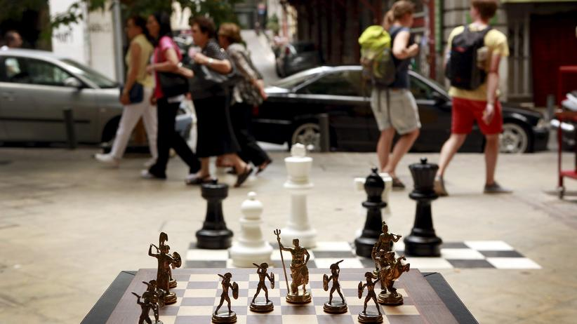 Griechenland: Chess pieces depicting Greek gods and Spartan soldiers on display in a shop in Athens, Greece July 11, 2015. Skeptical European finance ministers gathered on Saturday to decide whether to negotiate a third bailout for Greece after Prime Minister Alexis Tsipras won lawmakers' backing for painful austerity measures his leftist party was elected to prevent. REUTERS/Cathal McNaughton