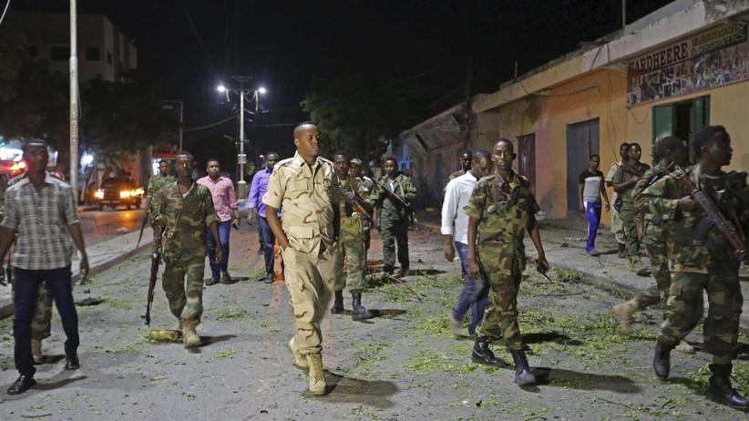 Somalia: Sicherheitskräfte treffen am Abschlagort in Mogadischu ein.